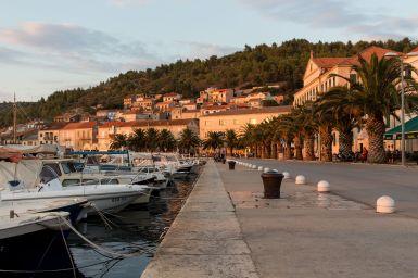 Promenade von Vela Luka, Korcula, Kroatien