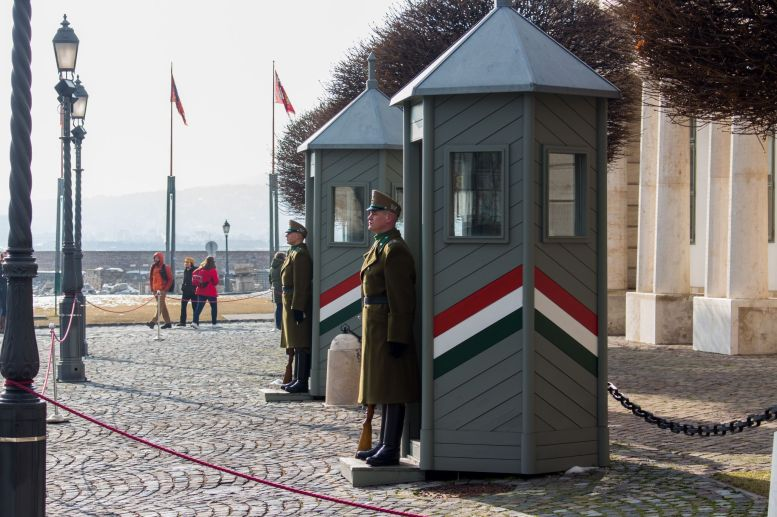 Wachsoldaten am Präsidentenpalast in Budapest, Ungarn