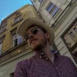 Strohhut zu Fuß unterwegs in Prag
