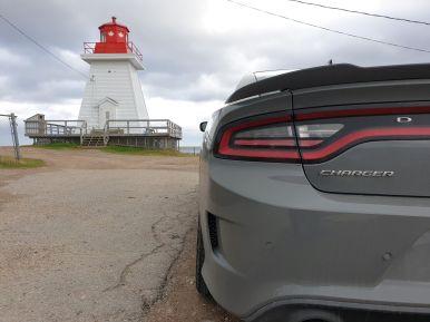 Dodge Charger am Leuchtturm von Margaree Harbour, Cape Breton Island