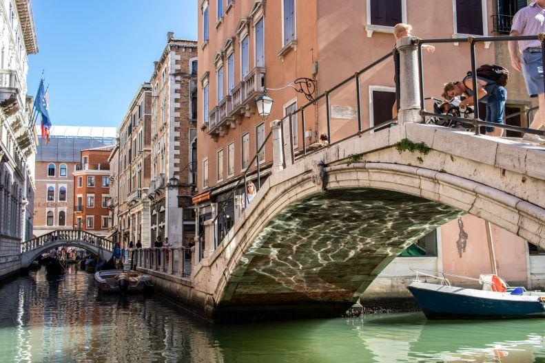 Reflektion unter Brücke an Kanal in Venedig