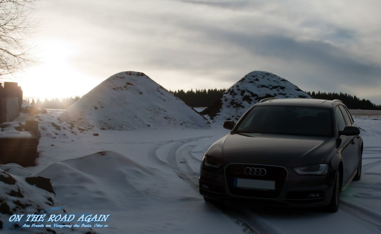 Audi A4 im Schnee bei untergehender Sonne