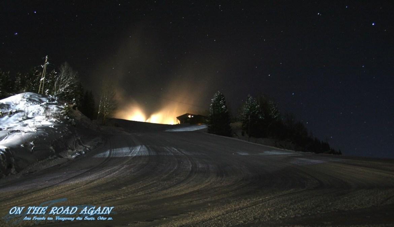 Schneeraupe bei Nacht auf der Skipiste
