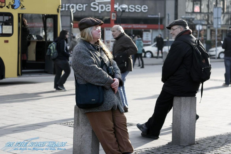 Nachdenkliche Frau am Hamburger Rathaus