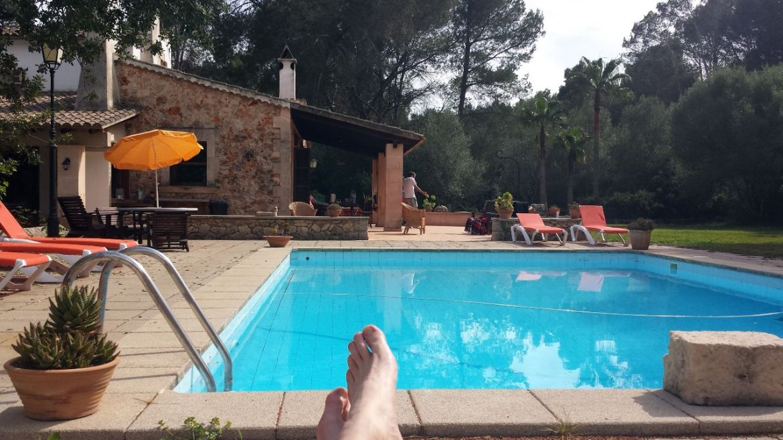 Füße hochlegen am Pool