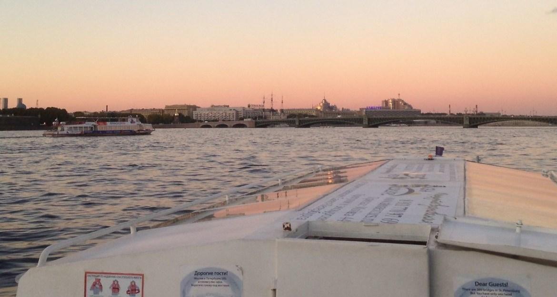 Blick auf die Dreifaltigkeitsbrucke vom Schiff aus