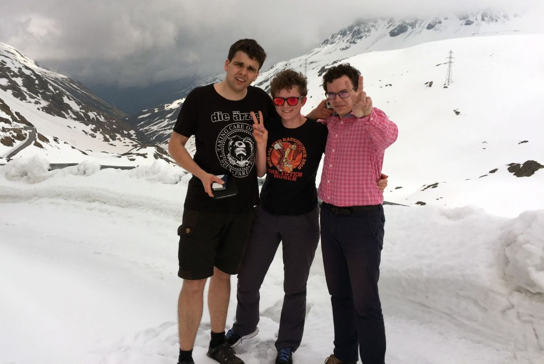 Team Strohhut und Connie & Blyde auf dem verschneiten St. Bernhard Pass