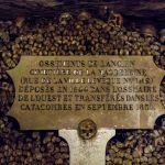 Gedenktafel in den Katakomben in Paris