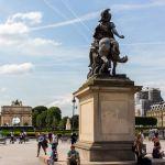 Statue am Louvre