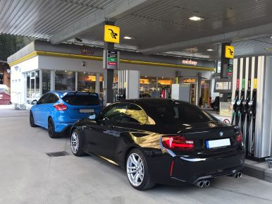 BMW M2 Heck und Ford Focus RS