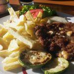 Hackfleisch mit Feta und Pommes in Bosnien