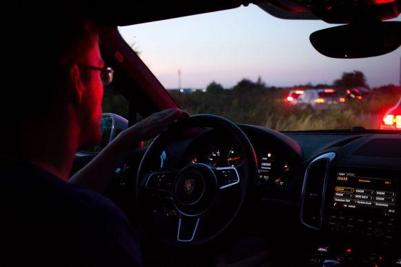 Robert im Porsche Cayenne S auf Geländestrecke