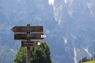 Wegweiser auf der Seiser Alm Südtirol