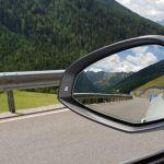 Ford Focus RS im Rückspiegel vom Audi S5 Cabrio am Jaufenpass