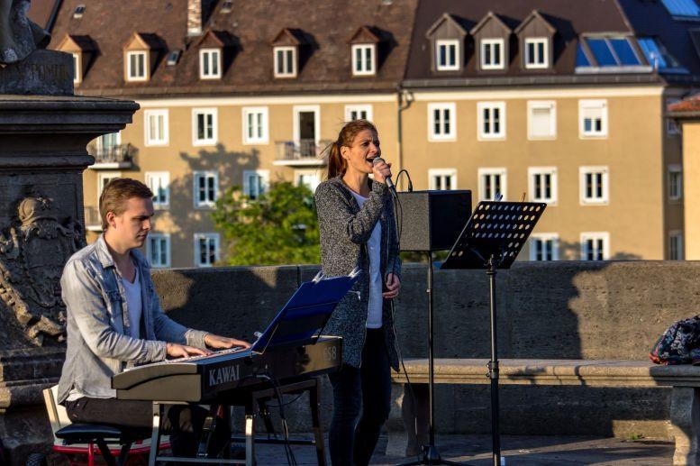 Band singt auf der Alten Mainbrücke in Würzburg