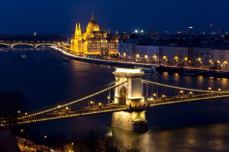 Kettenbrücke und Parlament bei Nacht