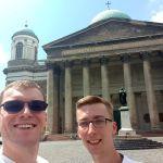 Robert und Karol an der St. Adalbert-Kathedrale in Ungarn