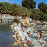 Baden in den Schwefelquellen von Saturnia, Italien