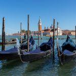 Gondeln vor San Giorgio in Venedig