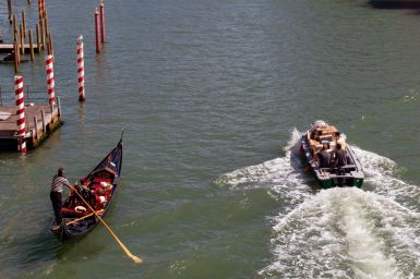 Gondel und Postboot auf dem Canal Grande in Venedig