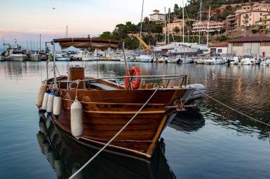 Holzboot im Hafen von Porto San Stefano