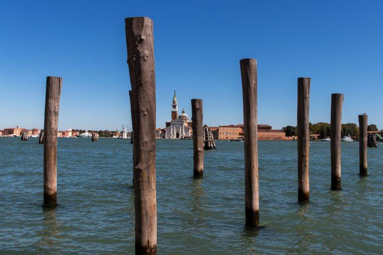 Holzpfähle als Anleger in Venedig