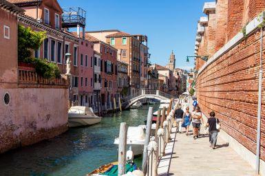 Kanal mit Booten in Venedig