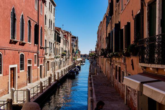 Kleiner Kanal mit Patina in Venedig