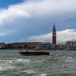 Markusturm in Venedig vom Wasser aus gesehen