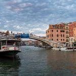 Vaporetto der Linie 2 auf dem Canal Grande in Venedig, Venedig